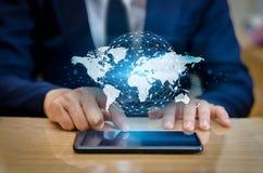 Las comunicaciones globales trazan los teléfonos elegantes binarios y los hombres de negocios infrecuentes de Internet del mundo  Foto de archivo