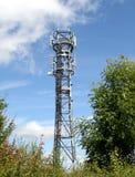Las comunicaciones Mast contra un cielo azul Fotos de archivo libres de regalías
