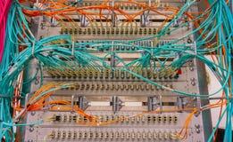 Las conexiones del interruptor de red para la red telegrafían el RJ45 y telegrafían el cable de fribra óptica fotografía de archivo libre de regalías