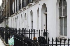 Las construcciones de viviendas elegantes ordinarias en Bloomsbury, Londres con desperdicios empaquetan imagenes de archivo