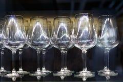 Las copas de vino de cristal se colocan en fila Foto de archivo libre de regalías