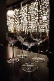 Las copas de vino en estante sobre una barra atormentan en restaurante Fotografía de archivo