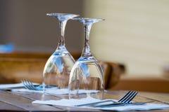 Las copas de vino vacías en la tabla sirvieron para el almuerzo, cena en café Imágenes de archivo libres de regalías