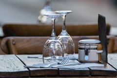 Las copas de vino vacías en la tabla sirvieron para el almuerzo, cena en café Fotos de archivo libres de regalías