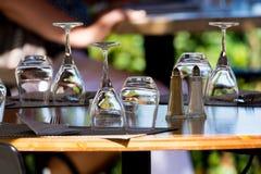 Las copas de vino vacías en la tabla sirvieron para el almuerzo, cena en café Foto de archivo libre de regalías