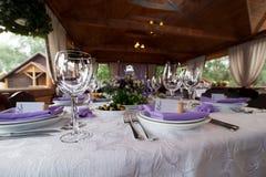 Las copas de vino vacías fijaron en el restaurante para casarse Imagenes de archivo