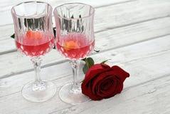 Las copas de vino y subieron Fotografía de archivo