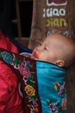 Las correas del bebé y comen al bebé del caramelo Fotos de archivo libres de regalías