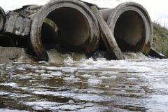 Las corrientes de las aguas residuales a través del tubo viejo foto de archivo libre de regalías
