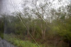Las corrientes de la lluvia fluyen abajo de la ventana Fotografía de archivo libre de regalías