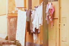 Las cosas cuelgan en una cuerda, ropa que se lava del hogar fotografía de archivo libre de regalías
