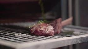 Las costillas jugosas crudas de la carne adobaron con las hierbas del romero para el olor y el aroma y alistan para ser fritas en almacen de metraje de vídeo