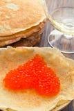 Las crepes con el caviar rojo en un corazón forman Fotos de archivo libres de regalías