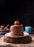 Las crepes con las manzanas chinas atascan y taza de café caliente foto de archivo libre de regalías