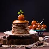 Las crepes de la harina de la castaña con las manzanas chinas atascan Fotografía de archivo libre de regalías