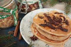 Las crepes de la Navidad del trigo integral flour con el chocolate y la mantequilla, nueces, muesli, leche nutritivo, sano, imagenes de archivo