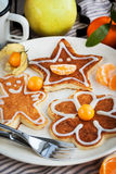 Las crepes de los niños divertidos para el desayuno Foto de archivo