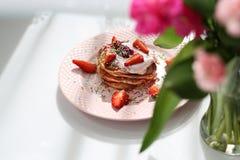 Las crepes dulces del rosa del desayuno con las fresas, el requesón y el azúcar colorido asperjan fotografía de archivo
