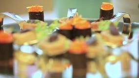 Las crepes y los rollos están en la tabla del día de fiesta Cambio dinámico del foco Cierre para arriba almacen de video