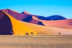 Las crestas agudas de dunas anaranjadas fotos de archivo libres de regalías