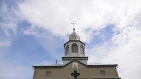 Las cruces ortodoxas del este en el oro cubren con una cúpula las cúpulas contra el cielo nublado azul almacen de metraje de vídeo
