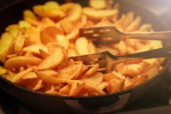 Las cuñas fritas curruscantes sabrosas de la patata sirvieron imagen de archivo