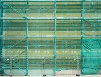 Las cubiertas de nylon de la red montaron el andamio fotografía de archivo