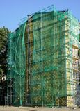 Las cubiertas de nylon de la red montaron el andamio foto de archivo libre de regalías