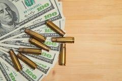 Las cubiertas usadas de la cáscara están en un dinero imagen de archivo libre de regalías
