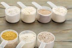Las cucharadas del gluten liberan la harina Fotografía de archivo