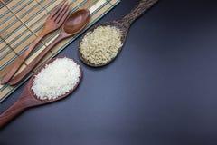 Las cucharas, las bifurcaciones y las cucharones pusieron el arroz con arroz del jazmín Foto de archivo