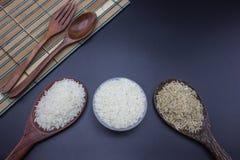 Las cucharas, las bifurcaciones y las cucharones pusieron el arroz con arroz del jazmín Imágenes de archivo libres de regalías