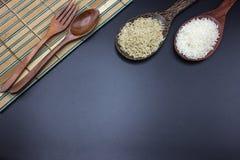 Las cucharas, las bifurcaciones y las cucharones pusieron el arroz con arroz del jazmín Foto de archivo libre de regalías
