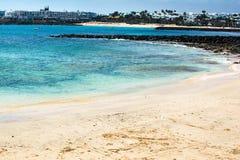 Las Cucharas strand i Costa Teguise, Lanzarote Royaltyfri Bild