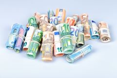 Las cuentas euro usadas más por los europeos son las de 5 10 20 50 Fotos de archivo libres de regalías