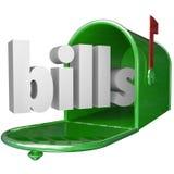 Las cuentas redactan en el buzón que paga abajo del pago con tarjeta de crédito de la deuda Foto de archivo libre de regalías