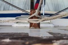 Las cuerdas múltiples ataron al listón de madera en el barco de madera del vintage fotografía de archivo libre de regalías