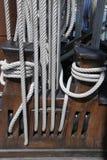 Las cuerdas y las poleas en la nave fotografía de archivo libre de regalías