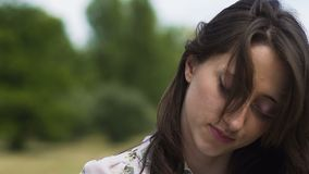 Las curvas femeninas dirigen con los ojos cerrados, esperanza que pierde que sufre de las derechas de la mujer del dolor almacen de metraje de vídeo