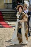 Las damas y caballeros en trajes históricos de la época de Napoleon Bonaparte tienen un paseo en parque imagenes de archivo