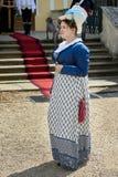 Las damas y caballeros en trajes históricos de la época de Napoleon Bonaparte tienen un paseo en parque foto de archivo