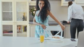Las danzas de la mujer en la cocina durante su novia están cocinando almacen de video