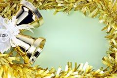Las decoraciones amarillean la cinta por la Navidad y el Año Nuevo. Fotografía de archivo