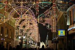 Las decoraciones de la calle de Moscú en la Noche Vieja foto de archivo libre de regalías