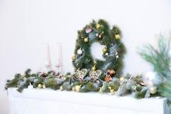 Las decoraciones de la Navidad con el abeto ramifican, las velas, bolas, corazón Fotografía de archivo