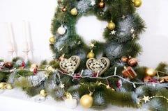 Las decoraciones de la Navidad con el abeto ramifican, las velas, bolas, corazón Fotos de archivo libres de regalías