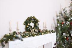 Las decoraciones de la Navidad con el abeto ramifican, las velas, bolas, corazón Imagenes de archivo
