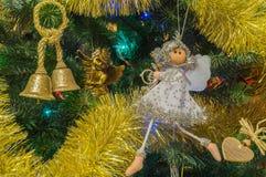 Las decoraciones de la Navidad con la vela y el juguete bajo Navidad empañaron el fondo Fotos de archivo libres de regalías