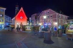 Las decoraciones de la Navidad en Ortisei centran Italia en la noche Fotos de archivo