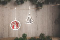 Las decoraciones de la Navidad en un yute roscan en un fondo de madera con un lugar para su enhorabuena Fotos de archivo libres de regalías